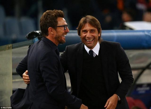 Eusebio Di Francesco (trái) cười nói vui vẻ với Conte trước trận đấu thuộc lượt 4 vòng bảng Champions League