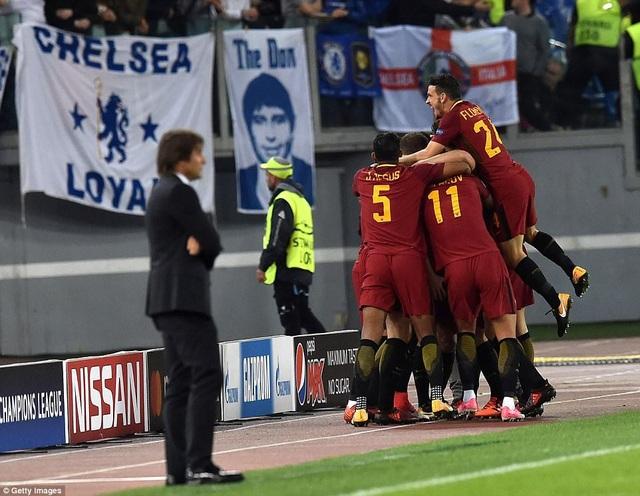 Conte (trái) buồn bã khi phải nhìn cầu thủ đối phương ăn mừng sau khi ghi bàn