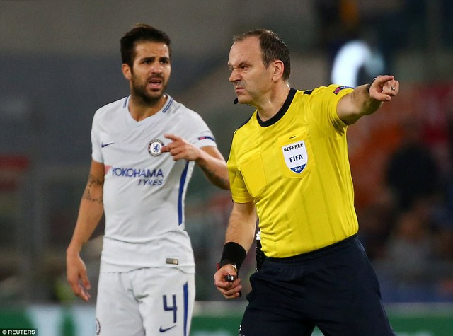 Trọng tài chính Jonas Eriksson điều khiển trận đấu giữa Roma và Chelsea