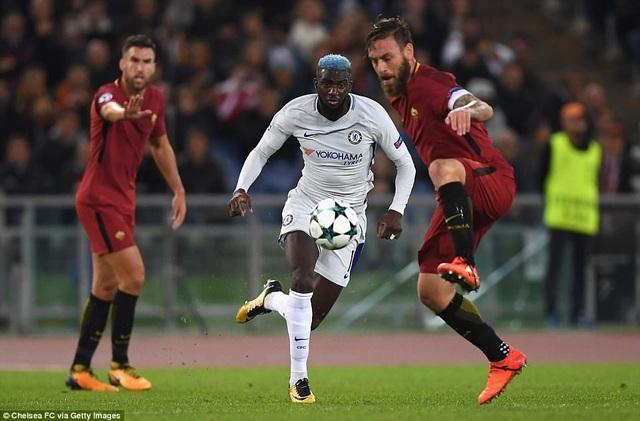 Tiemoue Bakayoko (trái) tranh bóng với Daniele De Rossi, một cuộc chiến giữa hai cầu thủ thi đấu ở vị trí trung tâm