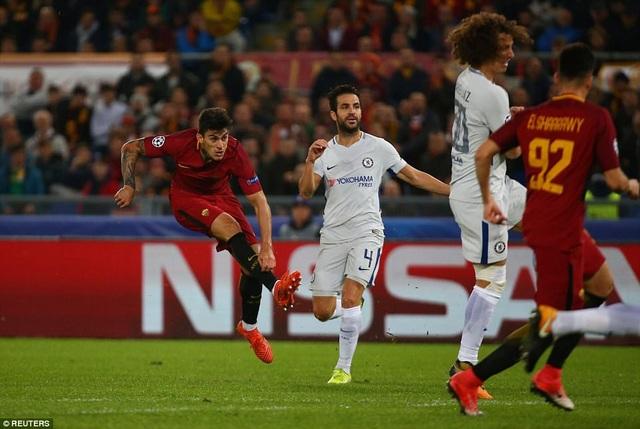 Perotti (trái) đi bóng mạnh mẽ rồi dứt điểm gọn gàng hạ gục Courtois ở phút 64
