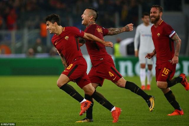 Niềm vui ủa Perotti (trái) sau khi gia tăng cách biệt lên 3-0 cho Roma