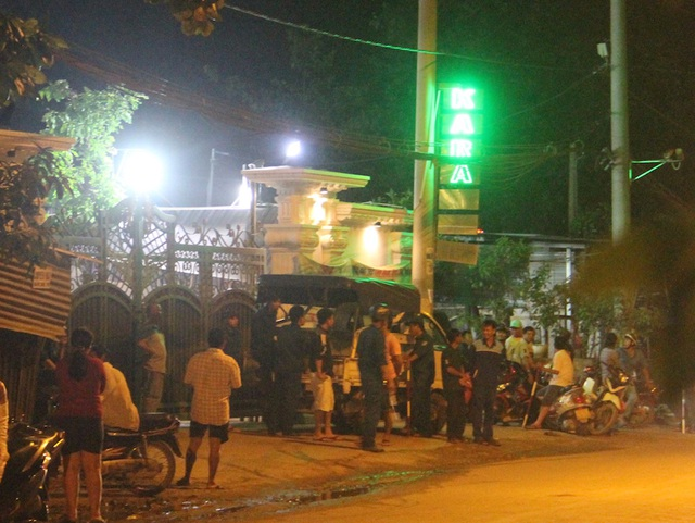 Lực lượng chức năng phong toả bên ngoài quán karaoke King Ton