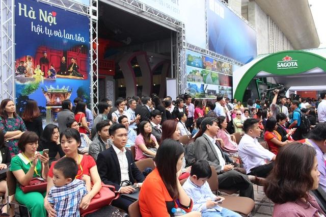 Buổi lễ khai mạc với nhiều màn trình diễn nghệ thuật hấp dẫn cũng có đông người tham dự.