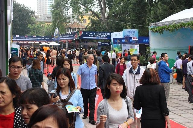 Hội chợ Du lịch cũng thu hút sự quan tâm của nhiều người nước ngoài. Năm nay, với điểm nhấn là liên hoan ẩm thực đường phố với sự góp mặt của nhiều đầu bếp nổi tiếng đến đến từ nhiều quốc gia, ban tổ chức mong muốn đây là cơ hội để Việt Nam học hỏi kinh nghiệm của bạn bè quốc tế.
