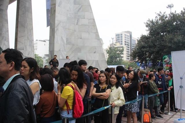 Cô Dung (Hà Nội) cho biết, cô và một người bạn đã phải xếp hàng từ 7 giờ sáng nhưng sau 2 tiếng vẫn chưa được vào gian hàng để mua vé. Một vài người khác tỏ rõ sự lo lắng khi chậm chân, không được nhận tờ phiếu điền thông tin.