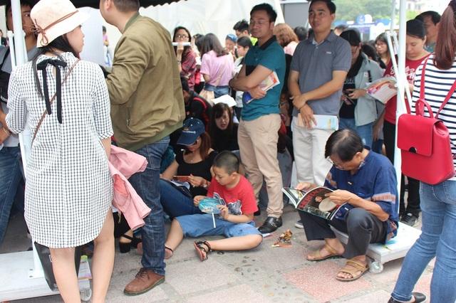 Cả người lớn, trẻ con và người già đều mệt mỏi khi phải chờ đợi quá lâu nên đã không ngần ngại ngồi bệt xuống đất. Trong gian hàng, nhân viên cũng làm việc không ngừng tay.