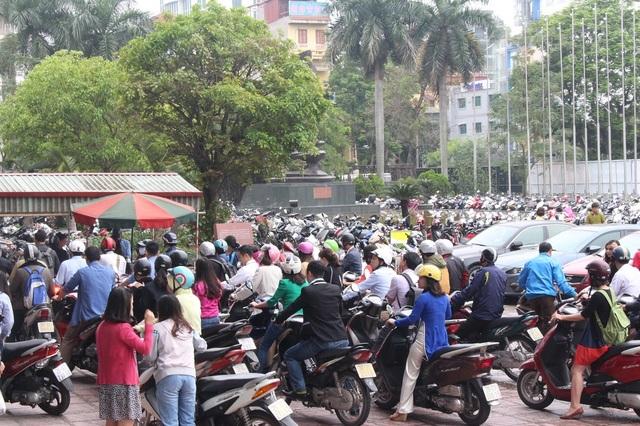 Hội chợ Du lịch Quốc tế diễn ra đúng vào ngày nghỉ lễ nên có khá nhiều người đến tham gia. Bãi đỗ xe của Cung Văn hóa Hữu Nghị lúc nào cũng trong trạng thái đông nghẹt và quá tải.