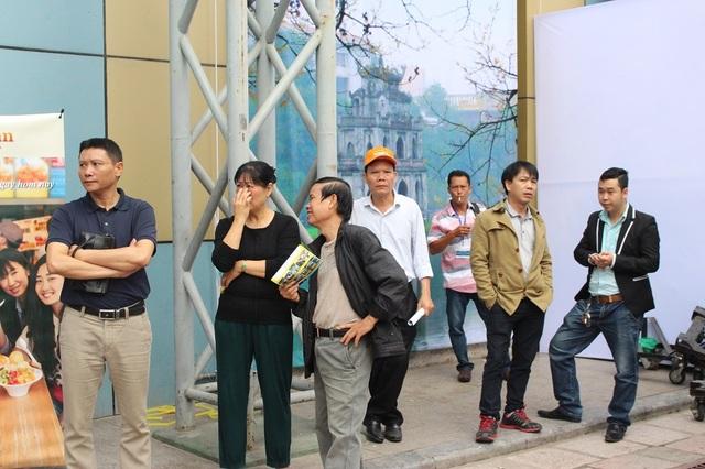 Vào thời điểm các gian hàng chưa mở cửa, nhiều người sẵn sàng kiên nhẫn đứng ngoài chờ đợi. Hội chợ Du lịch Quốc tế Việt Nam 2017 được xem là sự kiện du lịch lớn và được mong chờ nhất trong năm.