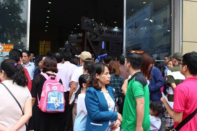 Ngay trong ngày đầu khai mạc đã có hàng nghìn người đến tham quan và mua tour.