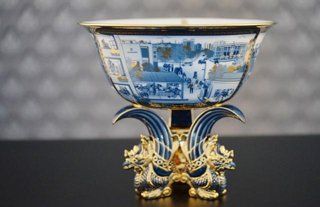 Chiếc chén ngọc vẽ vàng được thiết kế tinh xảo để tặng Đại hội Đoàn.