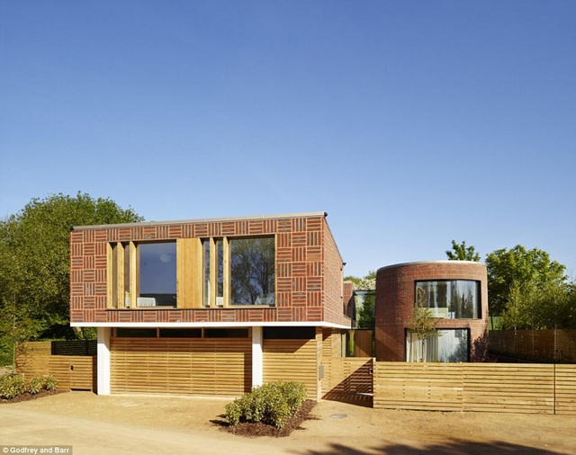 Cheryl đang rao bán ngôi nhà của cô ở Hertfordshire, Anh quốc với giá 5 triệu bảng Anh