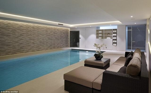 Bể bơi sang trọng trong nhà