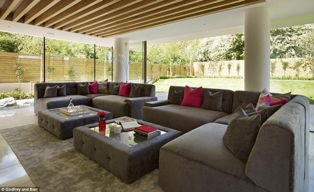 Phòng khách lớn - Ngôi nhà có nhiều cửa kính để đón tối đa ánh mặt trời