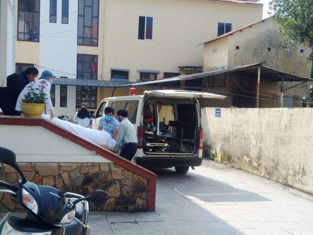Lực lượng chức năng đưa thi thể nạn nhân ra khỏi khách sạn.