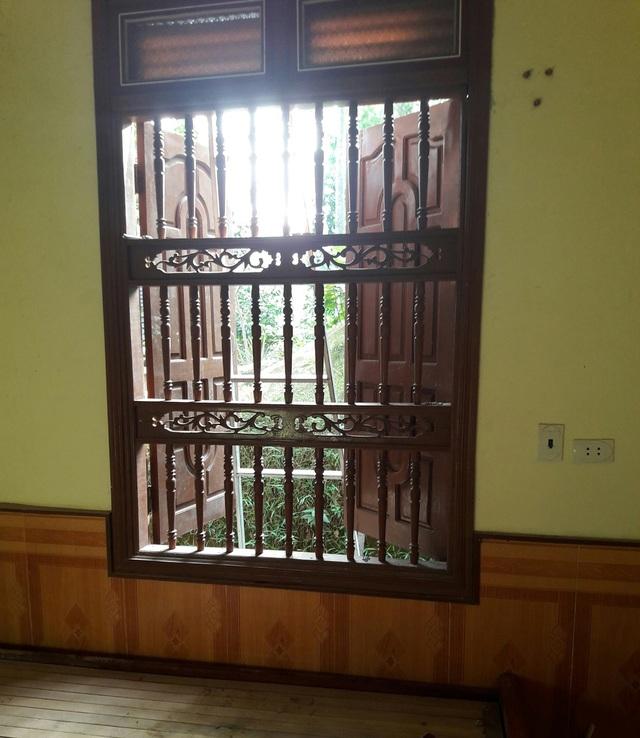 Cửa sổ nơi chị Bình treo cổ và nhiều nghi vấn được cho là tạo hiện trưởng giả?