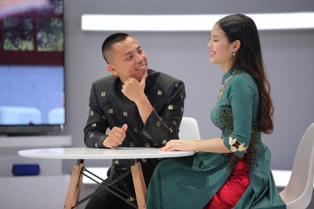 """Chia sẻ trong chương trình, Chí Anh cho biết mình bị vợ """"hớp hồn"""" khi vô tình thấy nàng tại sân bay."""