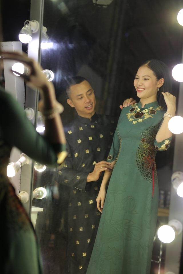 Đến với chương trình, Chí Anh diện áo dài với họa tiết song hỷ nhằm khoe mối lương duyên hạnh phúc cùng tin báo con chung của cả 2 đã tròn 4 tháng tuổi.