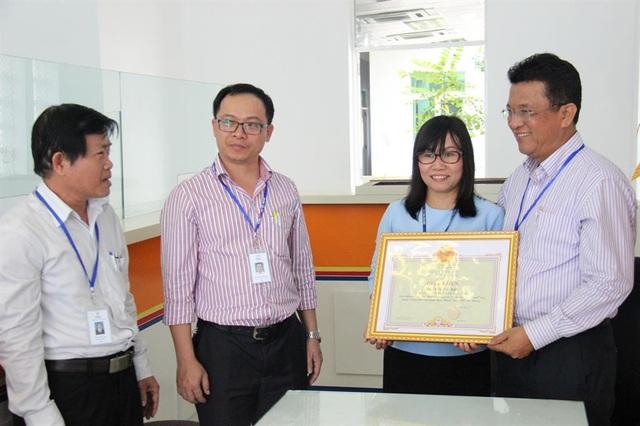 Điện lực Đà Nẵng khen thưởng chị Trần Thị Anh vì đã trả lại 1 tỷ đồng cho người đánh rơi