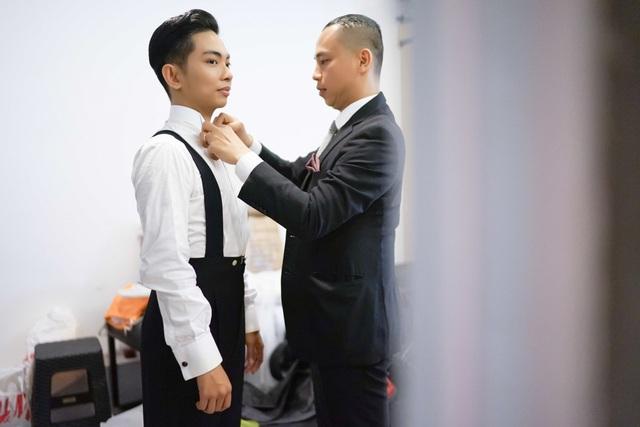 Với kinh nghiệm hoạt động lâu năm trong ngành nhảy múa, Chí Anh tận tình hướng dẫn các chi tiết hoàn hảo nhất và còn tự phụ trách luôn phần trang phục cho Phan Hiển.
