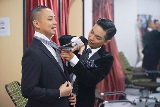 Ngược lại, Phan Hiển cũng rất chu đáo với Chí Anh. Bên cạnh những mẩu chuyện về công việc, hai nam vũ công tài năng còn nói về gia đình của nhau.