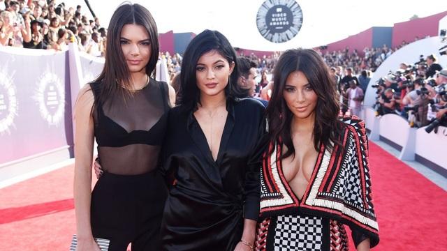 """Kylie Jenner (giữa) là em gái cùng mẹ khác cha của """"người đẹp siêu vòng ba"""" Kim Kardashian (phải) và là em gái ruột của người mẫu nổi tiếng Kendall Jenner (trái)."""