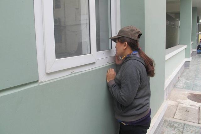 Dù được em chồng xuống chăm con thay cho nhưng chị Hoàng không muốn về, vẫn đứng bên ngoài cửa sổ dõi theo con