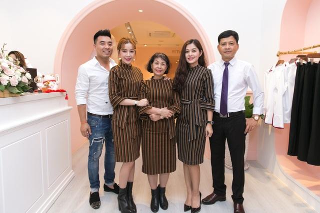Gia đình Chi Pu bay từ Hà Nội vào ủng hộ cô.