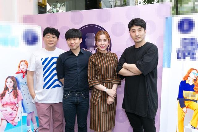 Giám đốc Noga Entertainment cùng hai producer người Hàn Quốc (áo đen) từng làm việc tại YG và sản xuất nhạc cho T-ara, BEAST, Kwill… ủng hộ Chi Pu.