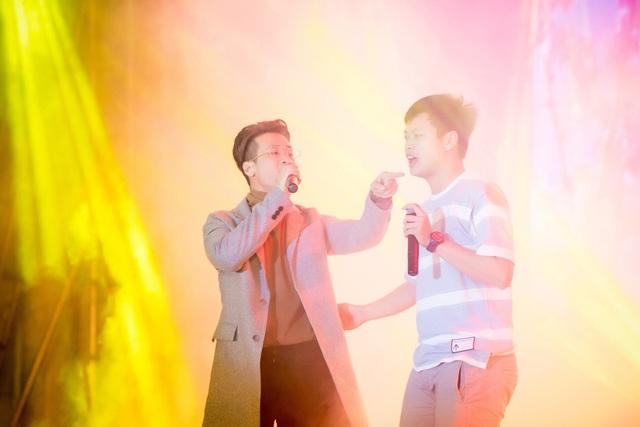 """Ca sĩ Hà Anh Tuấn thể hiện ca khúc """"Tháng tư là lời nói dối của em"""", song ca cùng một fan boy."""