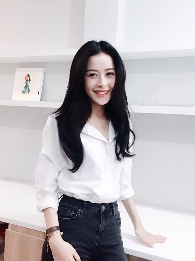 Và khi diện sơ mi trắng đơn giản kết hợp quần jeans, Chi Pu xinh một cách trong sáng, thuần khiết.