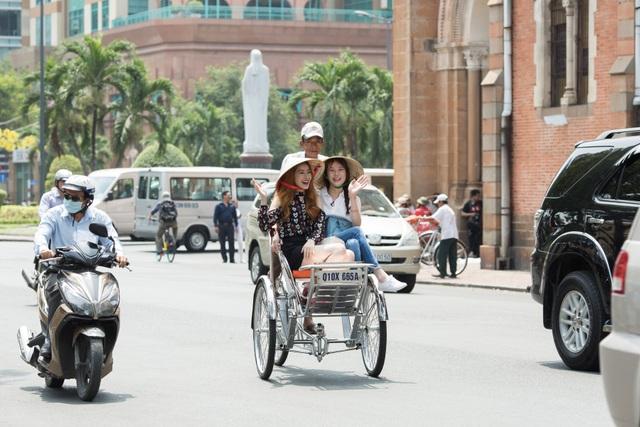 Cả hai đội nón lá dạo phố, thích thú chụp ảnh cùng nhau.