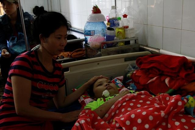 Chị Thỏa bên cạnh người con trai bị viêm tủy biến chứng dẫn đến liệt tứ chi