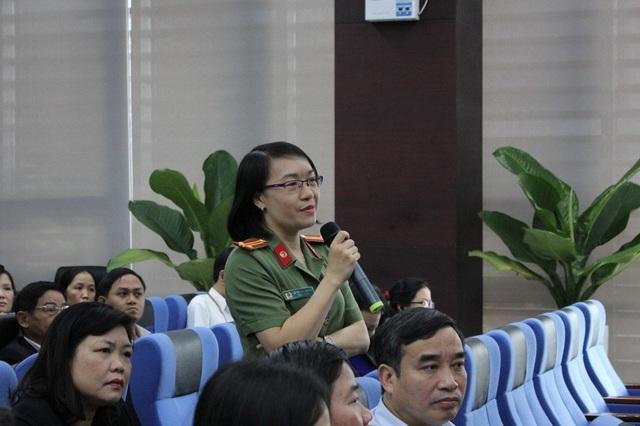 Chị Lê Thị Thu Huyền, Chủ tịch Hội phụ nữ Công an TP Đà Nẵng chia sẻ những ý kiến tại buổi đối thoại