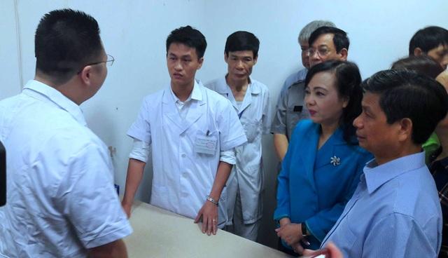Bộ trưởng Nguyễn Thị Kim Tiến trao đổi với một bác sĩ người Trung Quốc để nắm bắt tình hình thực tế.