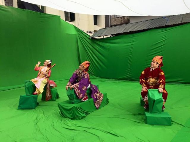 Chí Trung vén màn hậu trường hình ảnh các Táo cưỡi cá chép lên chầu trời trên truyền hình thực ra là những mô phỏng khiến khán giả bật cười thích thú.