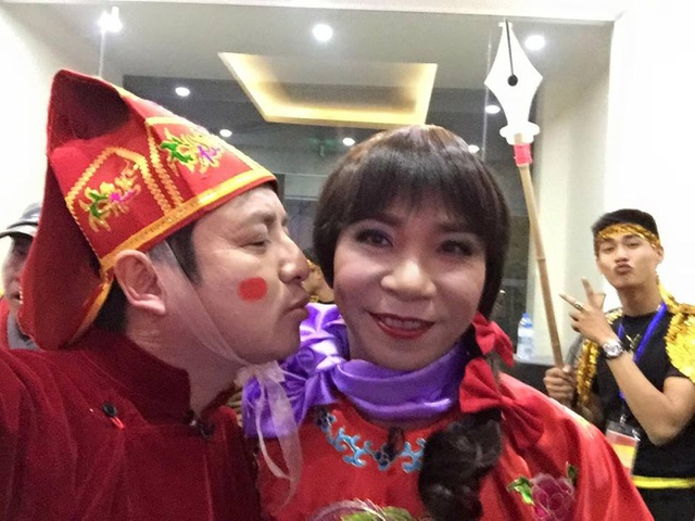 Khoảnh khắc Chí Trung qua mặt vợ tình tứ với cô Đẩu Công Lý. Có fan hài hước đặt tên đây là cặp đôi Chí Lý.