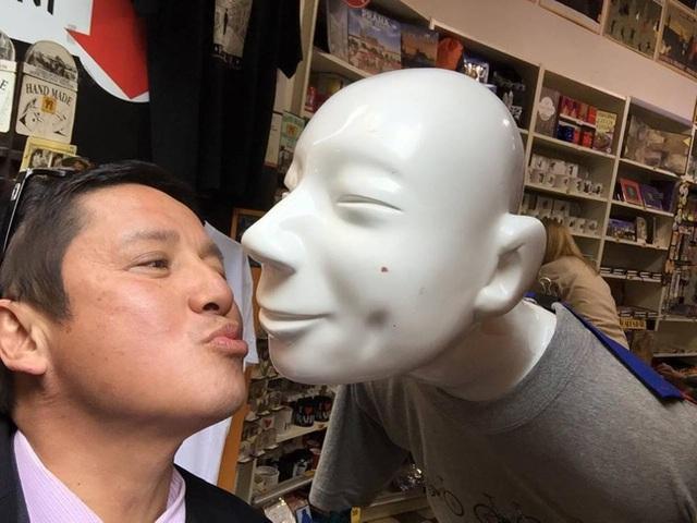 Khoảnh khắc Chí Trung: Gặp ông bạn bên trời Tây.