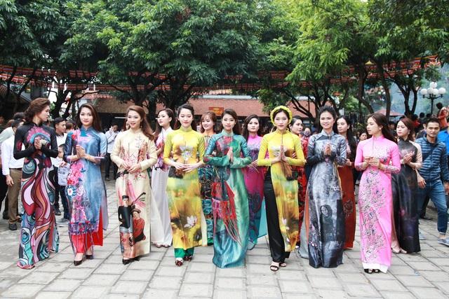 Các thí sinh diện áo dài đến lễ Phật tại chùa Phật Tích.