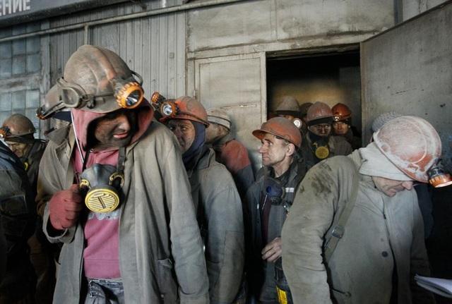 Các thợ mỏ được sơ tán tại mỏ Zasyadko sau khi một trận nã pháo gây mất điện tại thành phố Donetsk. (Ảnh: Reuters)
