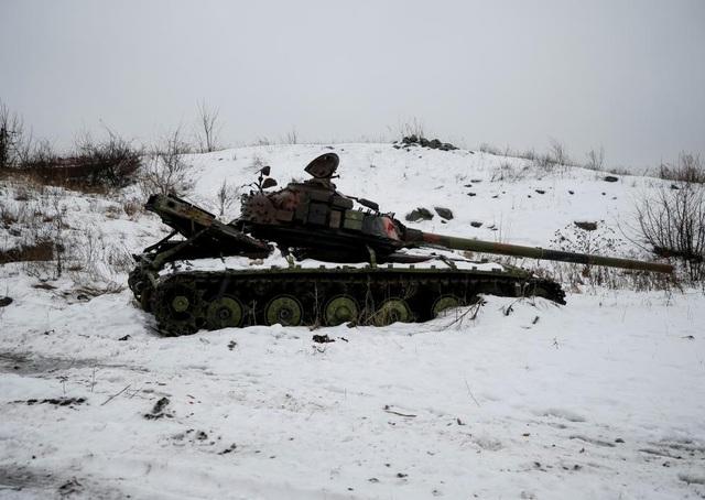 Một xe tăng bị phá hủy của Ukraine nằm giữa khu vực tuyết phủ trắng tại thị trấn Avdiyivka. (Ảnh: Reuters)