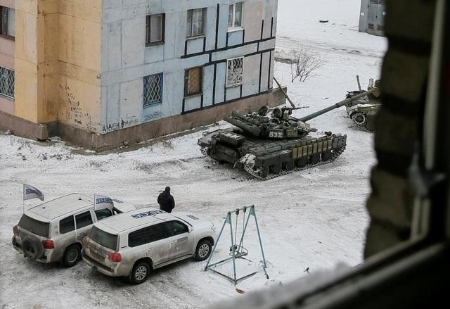 Các xe tăng của lực lượng cũng xuất hiện tại các khu dân cư ở thị trấn Avdiyivka (Ảnh: Reuters)