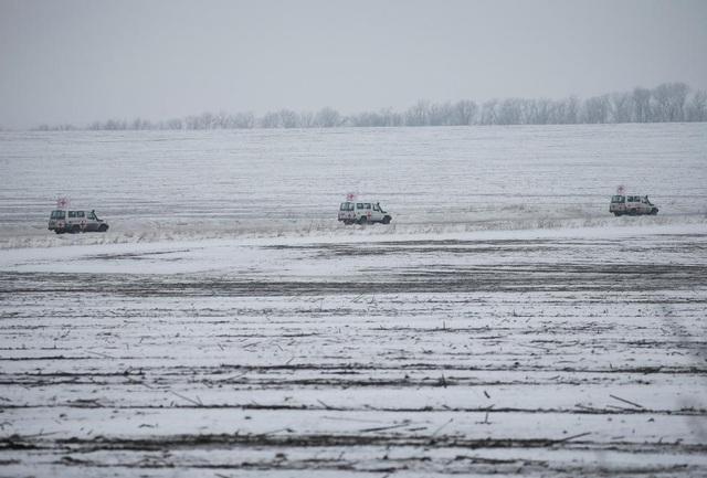 Đoàn xe của Hội chữ thập Đỏ đang tiến về thị trấn Avdiyivka để trợ giúp người dân địa phương đang bị mắc kẹt trong chiến sự. (Ảnh: Reuters)