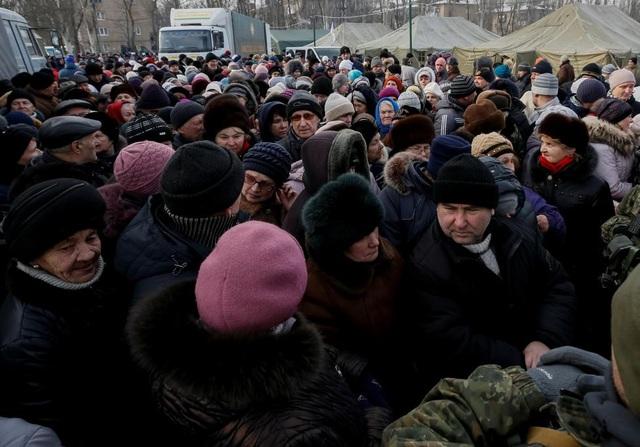 Những người đi sơ tán tập trung tại quầy phát đồ ăn miễn phí tại một trung tâm tạm trú ở thị trấn Avdiyivka. (Ảnh: Reuters)