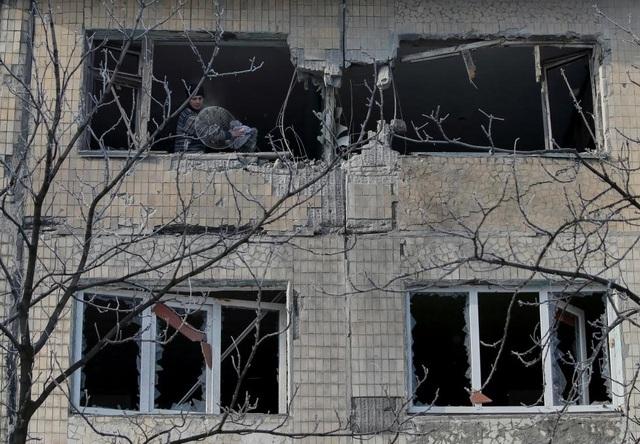 Một người dân địa phương đứng trong ngôi nhà bị tàn phá do chiến sự tại thị trấn Avdiyivka, Ukraine. (Ảnh: Reuters)