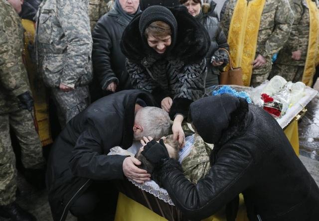 Người thân khóc trong lễ tang tại thủ đô Kiev của một binh sĩ chính phủ Ukraine, người thiệt mạng do cuộc xung đột ở miền Đông. (Ảnh: Reuters)