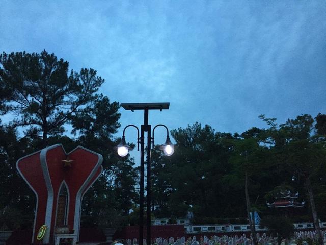 6 cột điện mẫu từ ngày 23/7 đã sáng lên khi hoàng hôn buông xuống ở nghĩa trang Trường Sơn.
