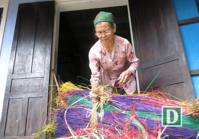 Chiếu hoa Cẩm Nê dệt từ những sợi lát nhuộm phẩm xong rồi mới đem phơi