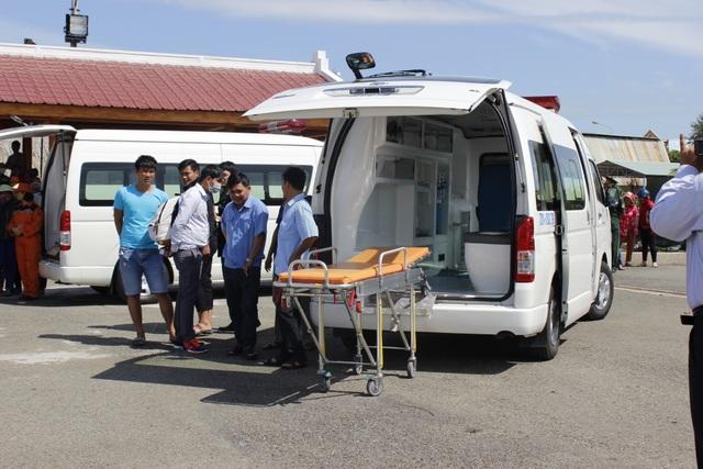 Xe cấp cứu chờ sẵn để đưa các thuyền viên đến bệnh viện cấp cứu ngay khi cập bờ