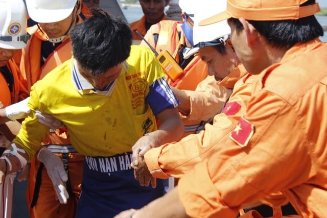 Các thuyền viên được đưa vào bờ cấp cứu